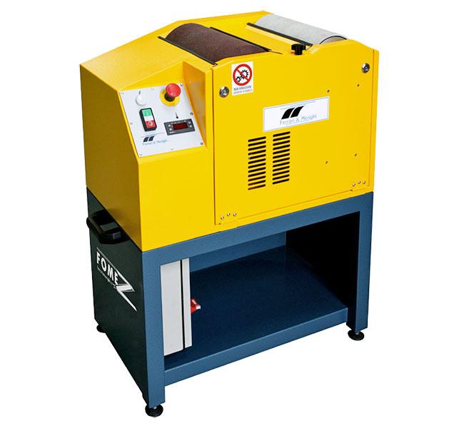 Macchina con sistema elettronico della regolazione della temperatura, nastro sciolinatore a doppia velocità e spazzola di lucidatura.